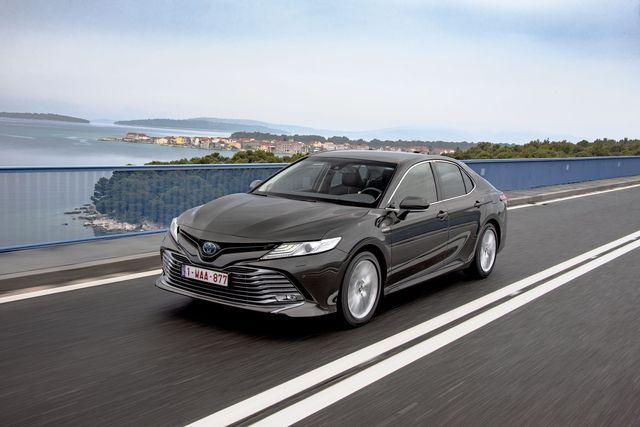 Uus Camry tuleb ainult ühe jõuallikaga ja kõrge hinnaga, kuid kui valida võrdne varustus, siis rivaalide hinnaeelis kaob. Foto: Toyota
