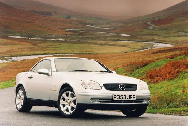 Mercedese neljameetrine rodster osutus väga popiks. Nimes SLK tähistab S sportlikku, L kerget ja K lühikest. Foto: Mercedes-Benz