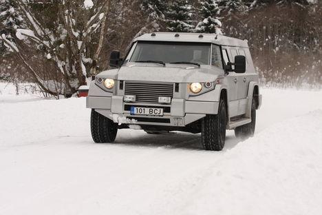 Aukartustäratavale välimusele vaatamata käitub Kombat T98 taltsalt ja pakub sõitjatele kõiki suurte džiipide mugavusi. Pluss tõhusat kaitset kurikaelte eest.