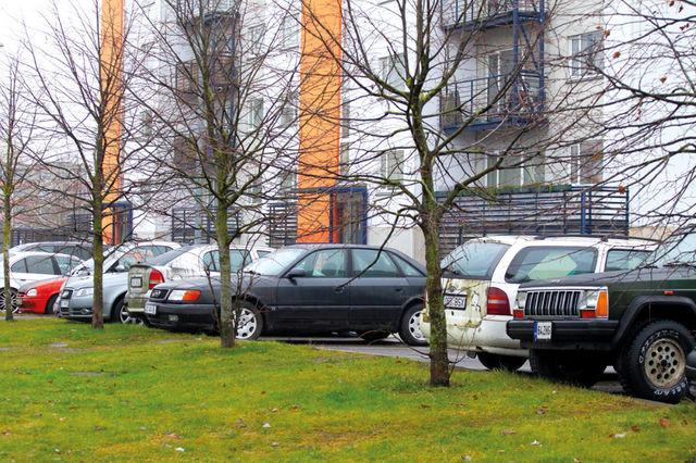 Raadiku tänav Lasnamäel. Oranžist Opel Corsast kuni esiplaanil oleva Jeepini on kehtiv ülevaatus kahel autol. Corsa tohtis liikluses viimati osaleda 2013. aastal ja seda ei luba kohtutäitur kasutada. Smart ja helehall Audi tohivad liigelda, Opel Astra ülevaatus lõppes 2015. aastal, Audi 100-l mullu mais. Valge, taksona kasutatud Mondeo tohtis liikluses osaleda 2013. aastal, Jeep 2016. aastal. Fotole ei mahtunud selle kõrval seisev Opel Astra, mille ülevaatus küll kehtib, kuid auto on registrist ajutiselt kustutatud. Foto: Kaarel Tigas